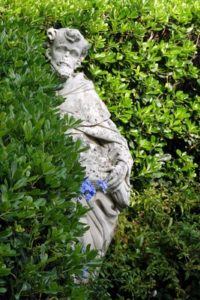 Statue im Busch